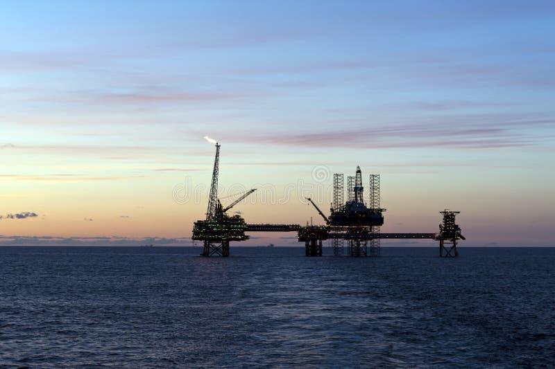 Olieplatforms in Noordzee stock afbeelding