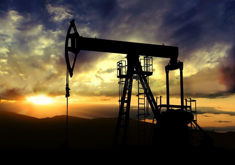 Oliepomp op zonsondergangachtergrond stock afbeeldingen