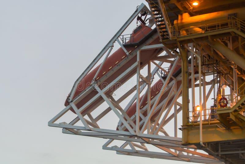 Olieproductieplatform op het overzees stock afbeelding