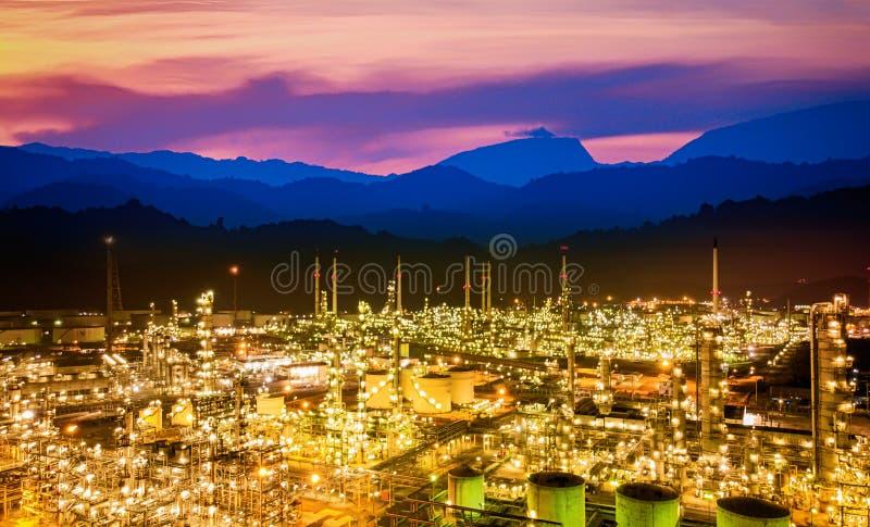Olieraffinaderij bij dramatische schemering De tank van de olieopslag met olierefi stock afbeeldingen