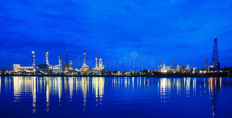 Olieraffinaderij bij schemering bij ochtend royalty-vrije stock afbeelding