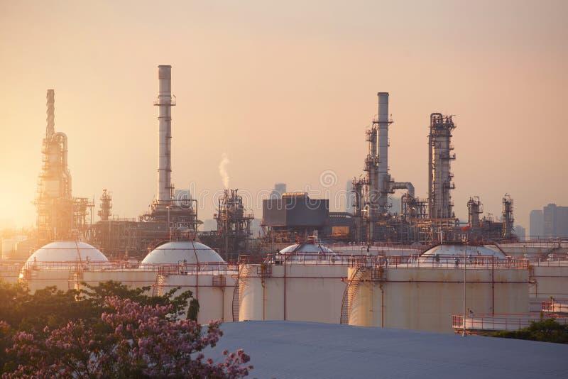 Olieraffinaderij met tanklandbouwbedrijf in de stad tijdens zonsondergang g royalty-vrije stock fotografie