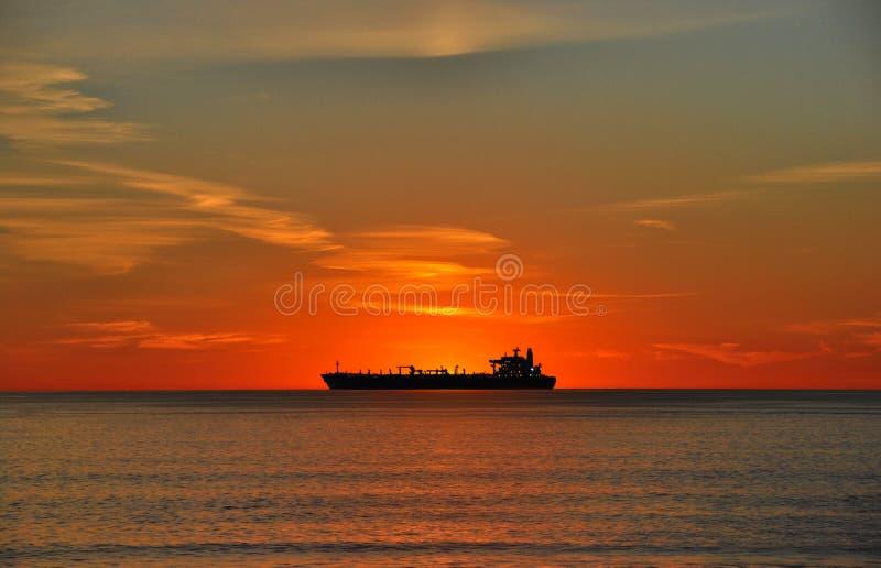 Olietanker bij zonsondergang stock foto