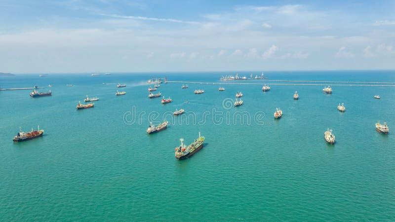 Olietanker, gastanker in in volle zee Het vrachtschip van de raffinaderijindustrie, satellietbeeld, Thailand, in invoer-uitvoer,  royalty-vrije stock foto's