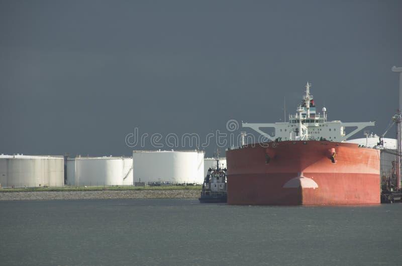 Olietanker in haven stock afbeeldingen