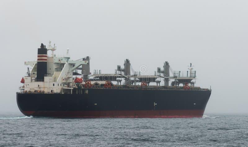 Olietanker in het midden van de oceaan stock afbeelding
