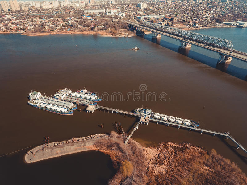 Olietanker op de Don rivier stock foto's