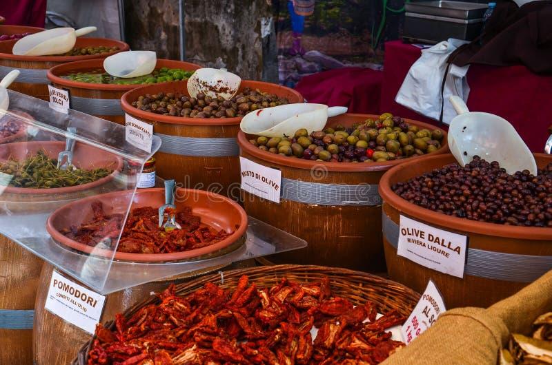 Olieven und tomaten auf dem Markt 图库摄影