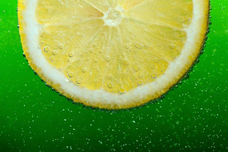 Olievlek en citroen en John likuyd vith bubles hij en Groene batskground stock foto's