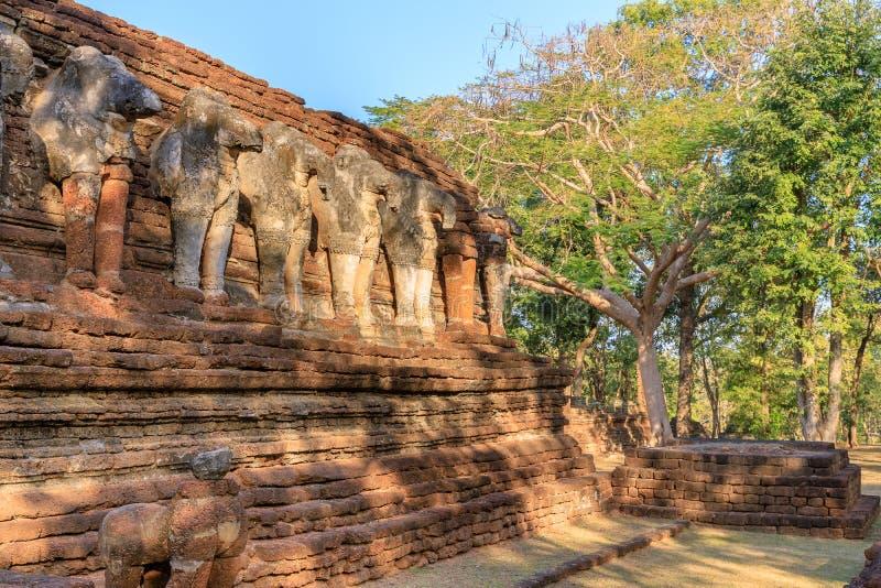 Olifantsbeeldhouwwerk bij Wat Chang Rob-tempel in het Historische Park van Kamphaeng Phet, Unesco-de plaats van de Werelderfenis stock afbeelding