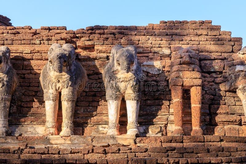 Olifantsbeeldhouwwerk bij Wat Chang Rob-tempel in het Historische Park van Kamphaeng Phet, Unesco-de plaats van de Werelderfenis stock afbeeldingen