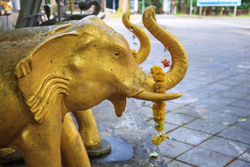 Olifantspoppen of standbeelden als het aanbieden of oblatie om heiligdomgoden of huishoudengeesten te kalmeren of te aanbidden Az stock foto's