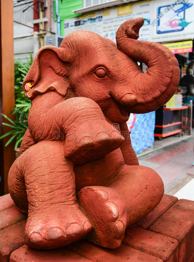 Olifantsstandbeeld op straat in Bangkok, Thailand royalty-vrije stock fotografie
