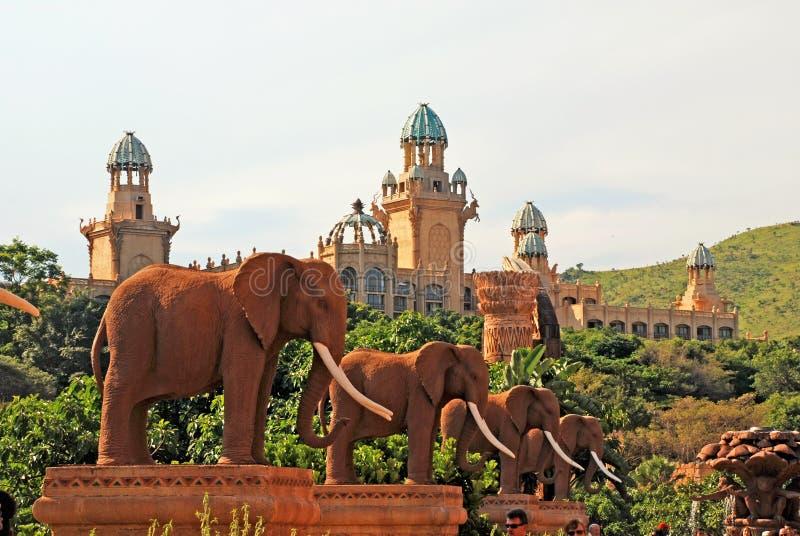 Olifantsstandbeelden op Brug van Tijd in Zonstad, Zuid-Afrika royalty-vrije stock afbeeldingen