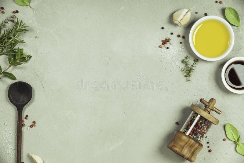 Olijfolie, balsemieke azijn, peper en kruiden stock foto
