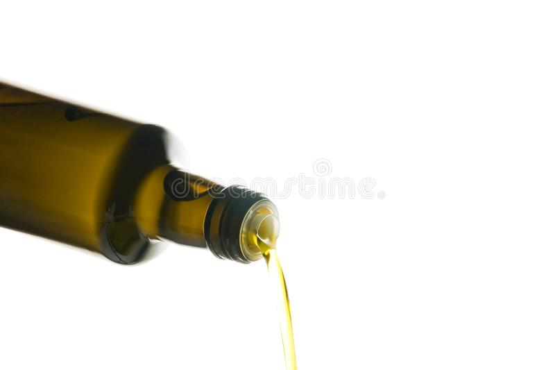 Olijfolie die worden gegoten