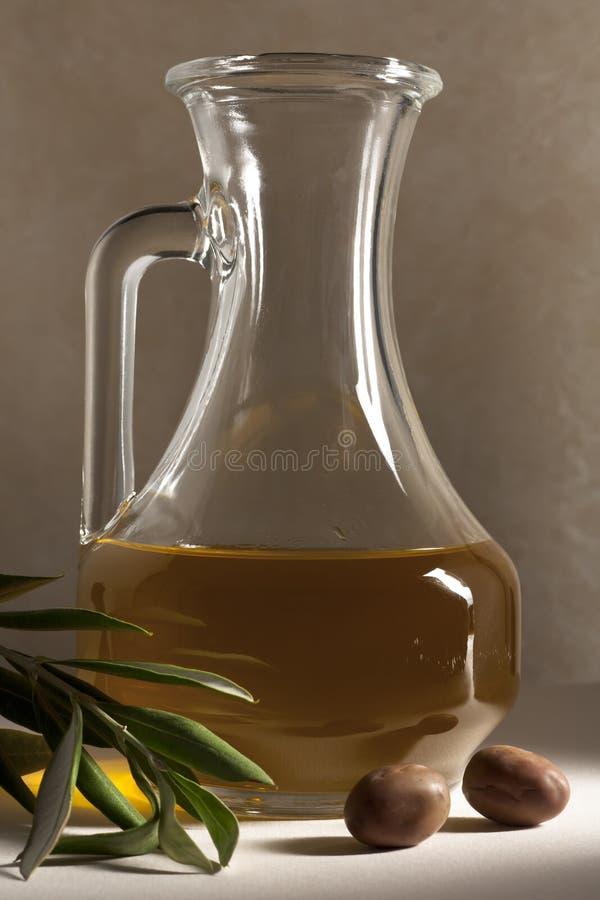 Olijfolie in een Olie-en azijnstelletje royalty-vrije stock afbeelding