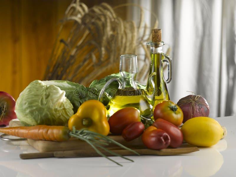 olijfolie en veggie op een scherpe raad stock fotografie