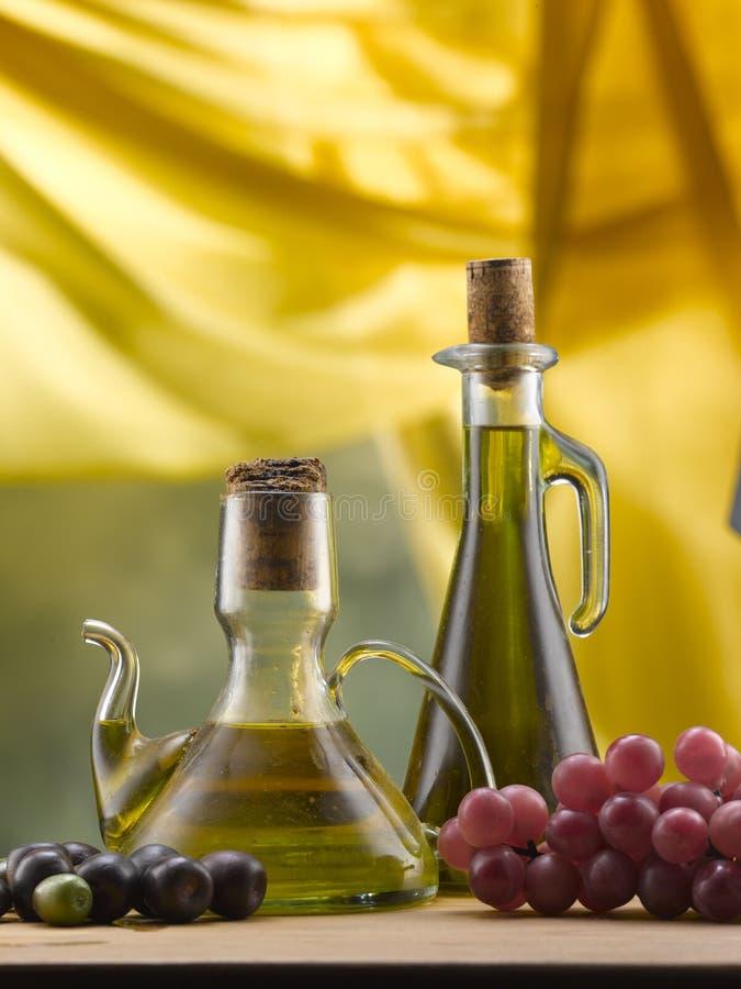 Olijfolie in glasolie- en azijnstelletjes stock fotografie