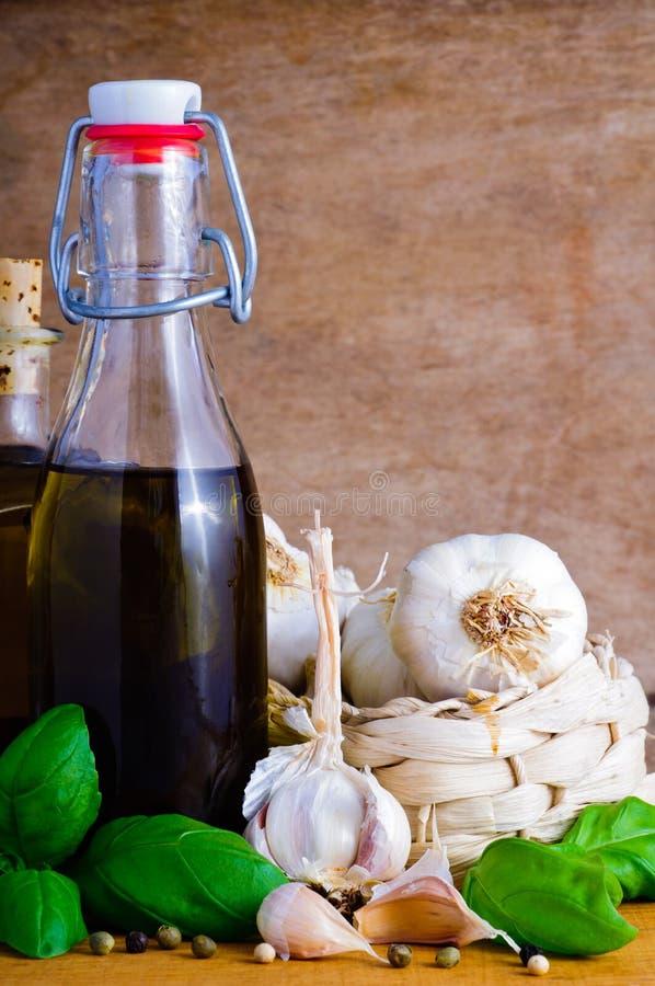 Olijfolie, knoflook en basilicum stock afbeeldingen