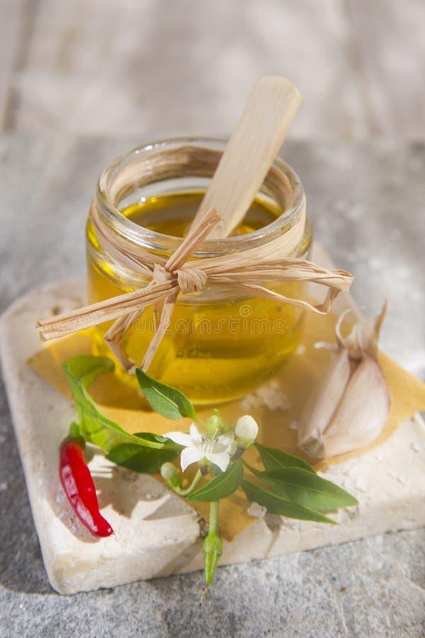 Olijfolie, knoflook en Spaanse peper royalty-vrije stock afbeeldingen