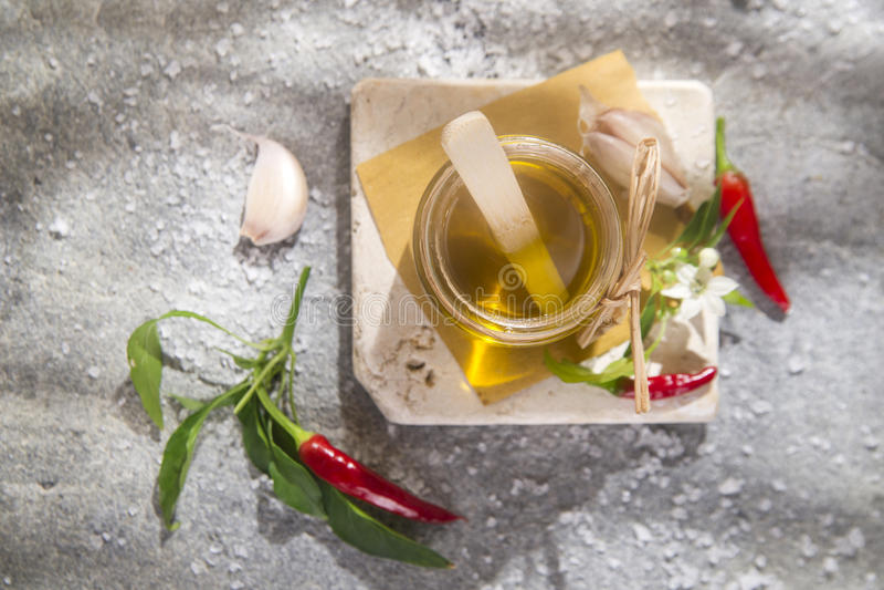 Olijfolie, knoflook en Spaanse peper royalty-vrije stock foto