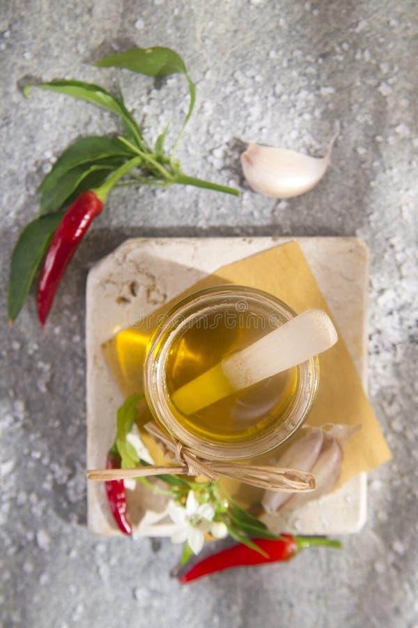 Olijfolie, knoflook en Spaanse peper royalty-vrije stock fotografie