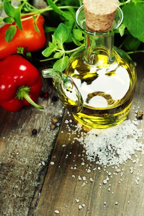Olijfolie, kruiden en kruiden royalty-vrije stock afbeelding