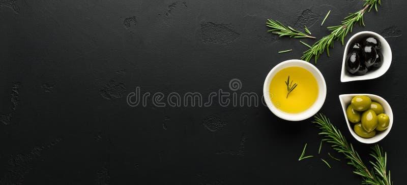 Olijfolie, rozemarijn en olijvensamenstelling stock foto