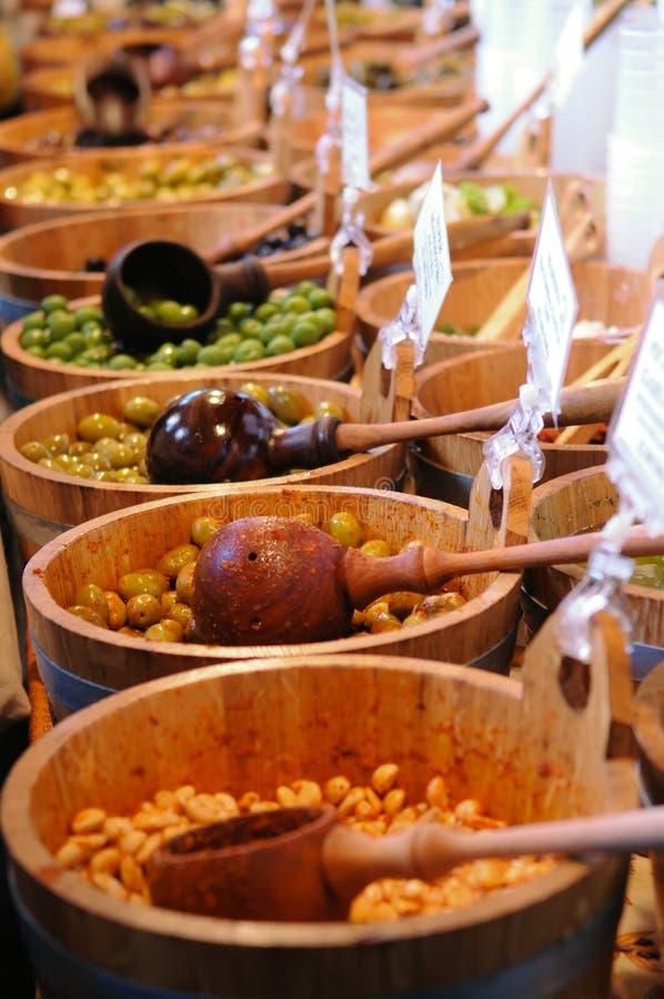 Olijven en bonen in emmers voor verkoop bij markt stock foto