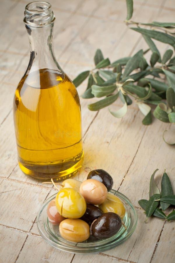 Olijven en olijfolie royalty-vrije stock fotografie