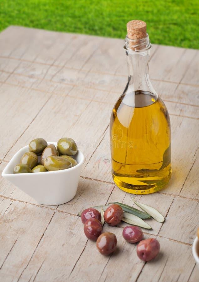 Olijven en olijfoliefles royalty-vrije stock foto
