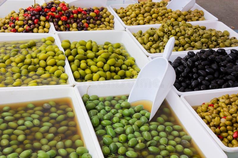 Olijven in groenten in het zuur royalty-vrije stock fotografie