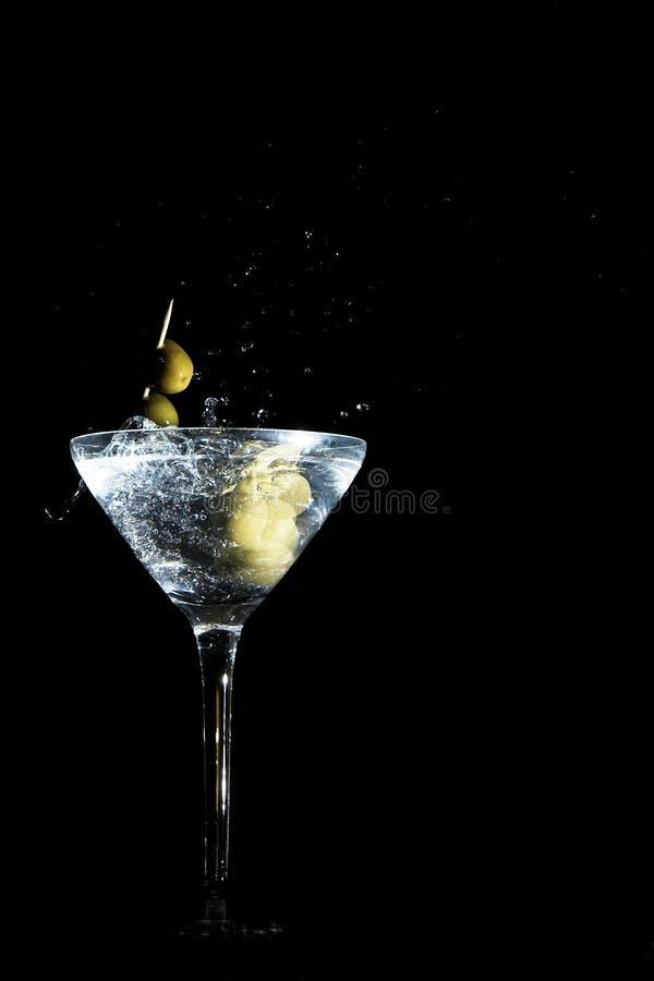 Olijven op een tandenstoker die in een glas wordt gelaten vallen royalty-vrije stock fotografie