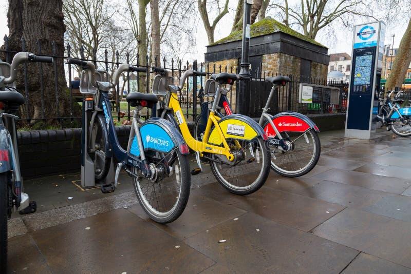 Olik allmänhet cyklar i London royaltyfri bild