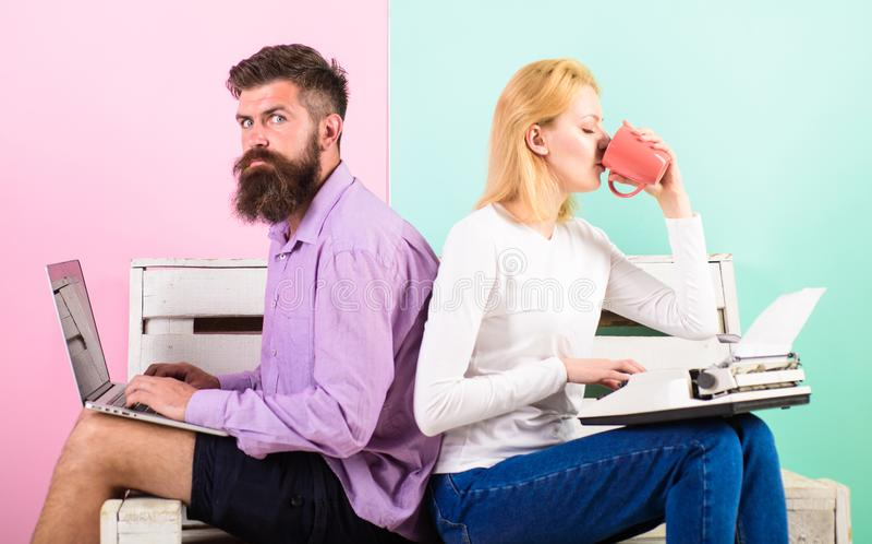 Olik arbetsinställning för kollegor Skriver olika grejer för parförfattarebruk boken Flickan för manbruksbärbara datorn gillar re royaltyfria foton