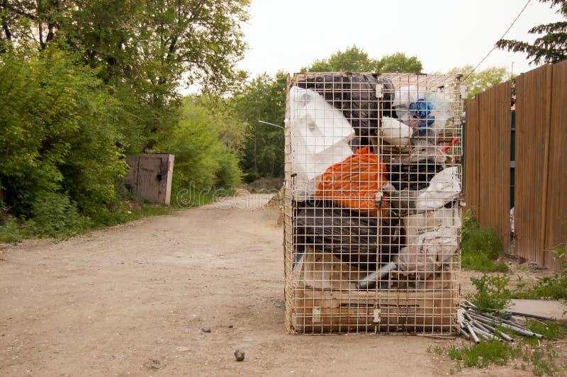 Olik avfalls och avskräde i vänstersida för behållare för metalltrådingrepp en utomhus- för avskrädesamlare royaltyfria foton