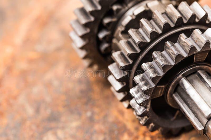 Olik bildelar och tillbeh?r, p? metallbakgrund - bild arkivbilder
