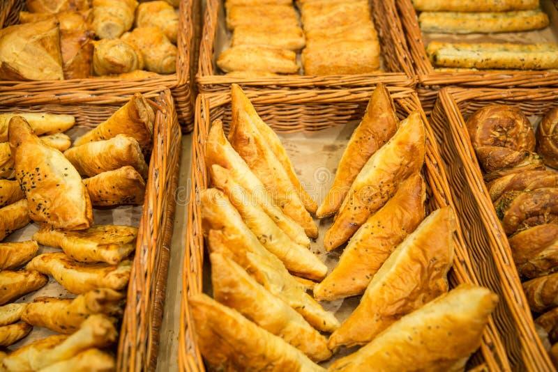Olik brödtyp på hylla i bageri shoppar royaltyfri bild