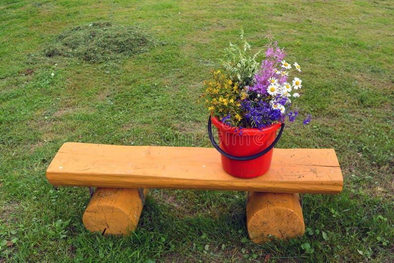 Olik bukett för lösa blommor för sommartid på gul träbänk fotografering för bildbyråer