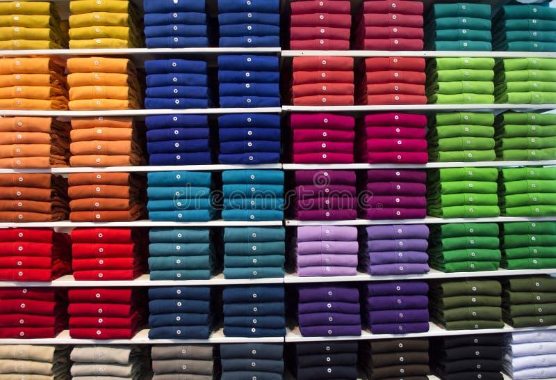 Olik färgpoloskjorta arkivbilder