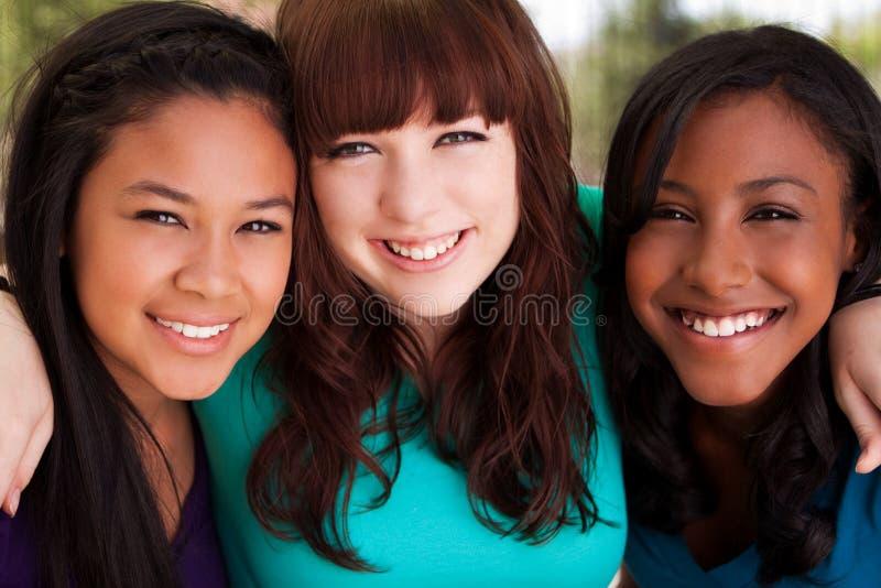 Olik grupp av att le för tonårflickor royaltyfri foto
