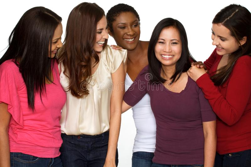 Olik grupp av kvinnor som skrattar och talar arkivfoton