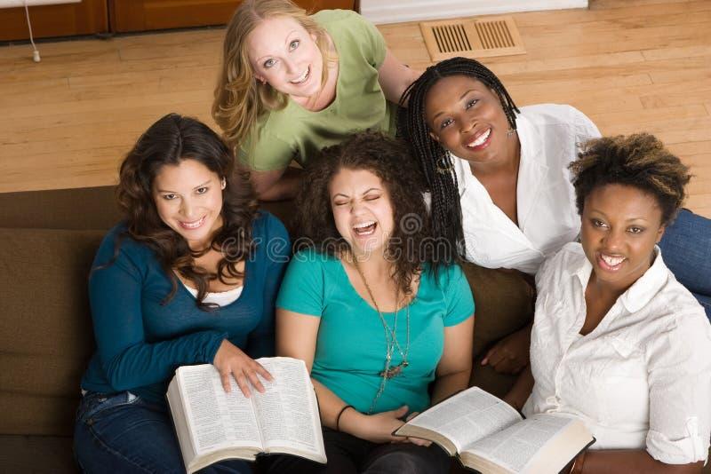 Olik grupp av kvinnor som tillsammans studing royaltyfria bilder