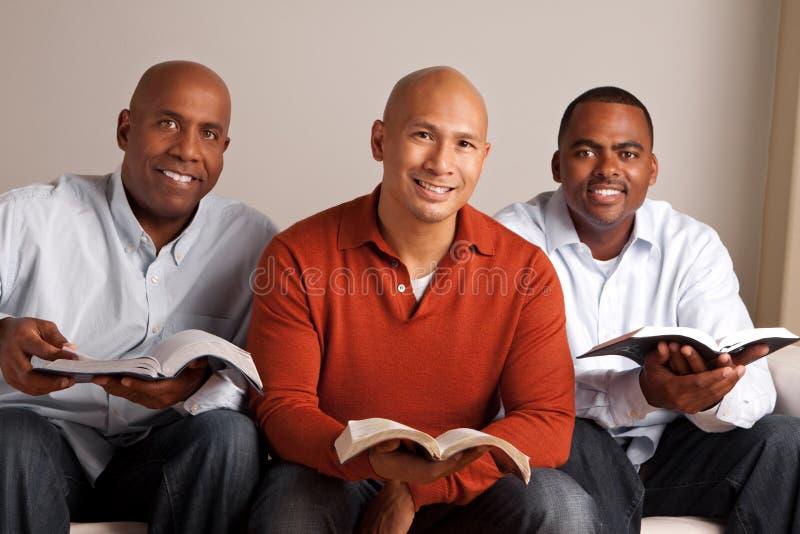 Olik grupp av män som tillsammans studerar royaltyfri fotografi