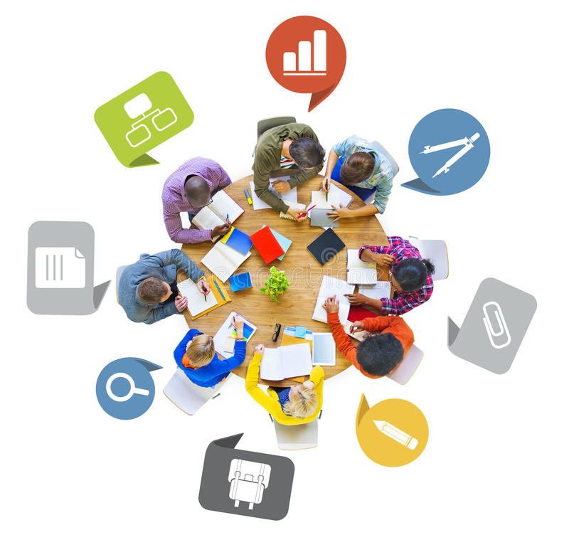 Olik grupp människor som arbetar runt om tabellen arkivfoto