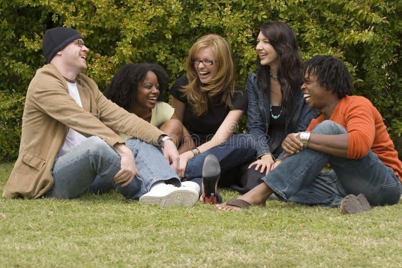 Olik grupp människor som talar och skrattar royaltyfri foto