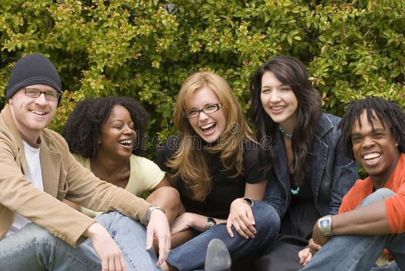 Olik grupp människor som talar och skrattar royaltyfri fotografi