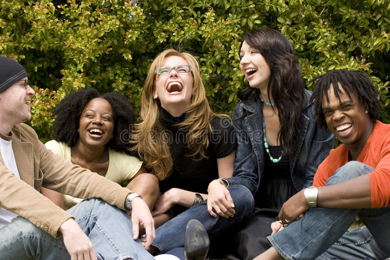 Olik grupp människor som talar och skrattar arkivfoto