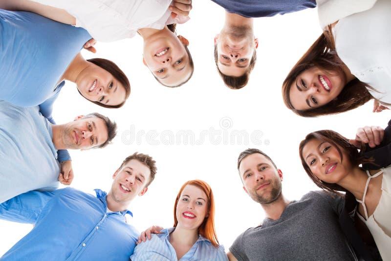 Olik grupp människor som tillsammans står arkivbild